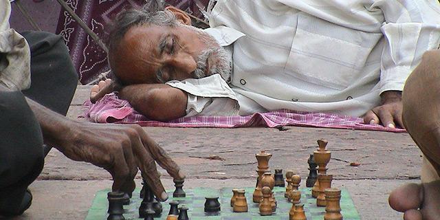 משחק שחמט ברחובות הודו, צילום: Flickr/Joel Carillet
