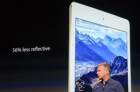 """פיל שילר, סמנכ""""ל השיווק של אפל ולצידו האייפ החדש"""