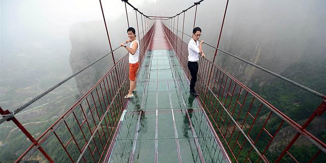 שבועיים אחרי שנפתח: גשר הזכוכית בסין נסדק 1,000 מטר מעל לתהום