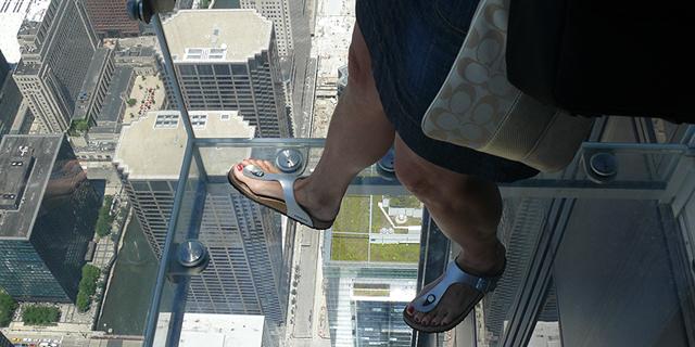 """רצפת זכוכית ב""""וויליס טאואר"""" בשיקגו"""