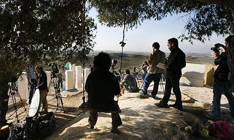 צוות של עיתונאים זרים משקיף על רצועת עזה, בזמן מבצע עופרת יצוקה