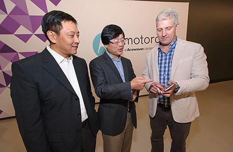 """מימין: ריק אסטרלו, מנכ""""ל מוטורולה מוביליטי, מנכ""""ל לנובו יאנג יאונצ'ינג וליו ג'ון, סמנכ""""ל המובייל"""