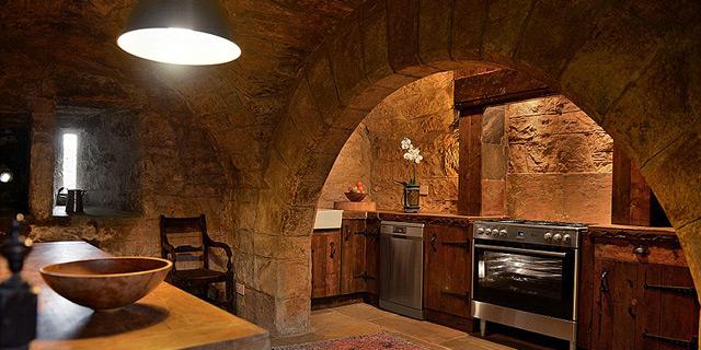 הטירה מהמאה ה-16, המטבח מהמאה ה-21, צילום: savills.co.uk