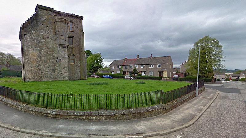 החיסרון - הטירה אינה מבודדת אלא ניצבת באמצע שכונת מגורים, צילום: savills.co.uk