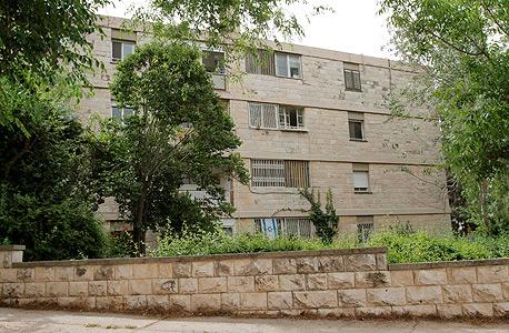 בנייני הרכבת של שכונת טלביה בירושלים (למעלה) ושכונת מעוז אביב בתל אביב. שומרים גם היום על ביקושי שיא