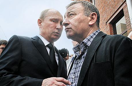 ארקדי רוטנברג (מימין) עם נשיא רוסיה. גם בתוך האוליגרכיה יש היררכיית קרבה לפוטין, צילום: אימג