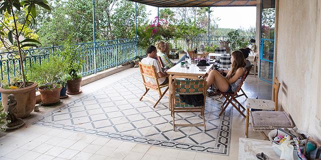 """המרפסת בבית חסון־וינד. """"פתרון מיוחד בלי להוציא יותר מדי כסף"""", צילום: תומי הרפז"""
