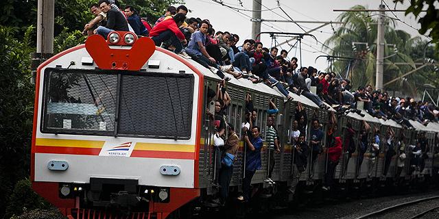 נוסעים על גג הרכבת בג