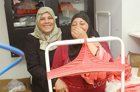 פועלות ירדניות במפעל דלתא בירדן