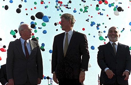 """מימין: המלך חוסיין, נשיא ארה""""ב ביל קלינטון וראש ממשלת ישראל יצחק רבין בטקס חתימת הסכם השלום"""