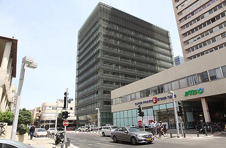 בניין הבורסה בתל אביב. רפפות הצללה מתכווננות