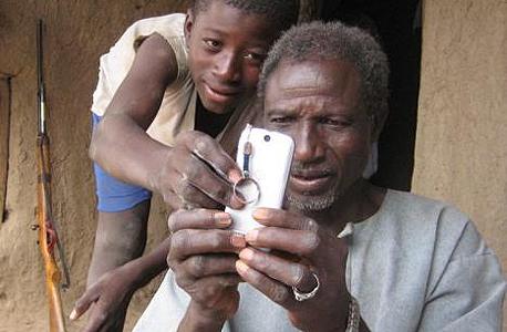 גייטס: לרבים מתושבי אפריקה אין חשבון בנק, אבל יש טלפון נייד