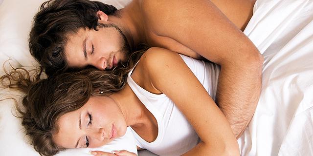 זוג במיטה (אילוסטרציה). מה עושים כשהשכנים מפריעים לישון?, צילום: שאטרסטוק