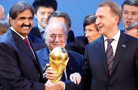 בלאטר (במרכז) עם גביע העולם והשייח