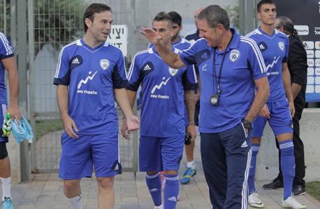 אלי גוטמן מאמן נבחרת ישראל וביברס נאתכו. ההיכרות המוקדמת מסייעת