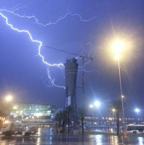 """נתב""""ג סופה חורף ברקים נמל תעופה, צילום: שחר חדד (מייל אדום)"""