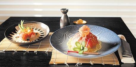 סלט סאשימי (מימין) וכדורי סושי. ארוחה שמתקדמת מהקל אל המורכב