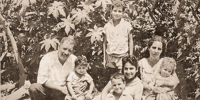 1959. סמי מצלאוי (11, עומד) עם האם ג