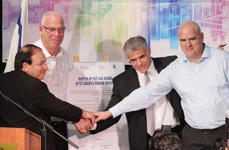 מימין: בנצי ליברמן, יאיר לפיד, אורי אריאל ודב צור. חתימת ההסכם, צילום: אוראל כהן