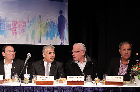מימין: בנצי ליברמן, אורי אריאל, יאיר לפיד ודב צור, אתמול. העיקר שחתמו, צילום: אוראל כהן