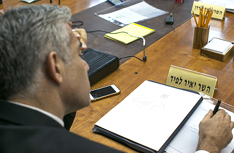 יאיר לפיד שר האוצר בישיבת הממשלה, צילום: אוהד צויגנברג