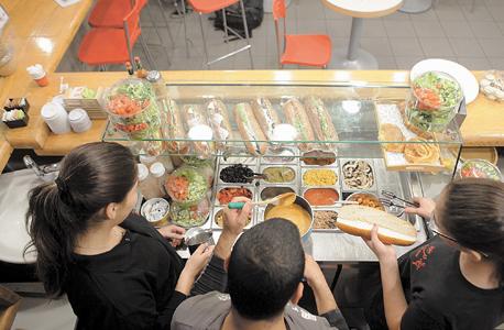 """בני נוער עובדים בבית הקפה בת יאמי בעיריית בת ים. התאגידים המוניציפליים צריכים להיות """"עמוד האש"""", צילום: אוראל כהן"""