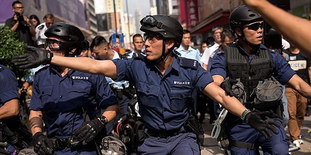 משטרת הונג קונג פינתה מעוז מפגינים גדול ועצרה שניים ממנהיגיהם