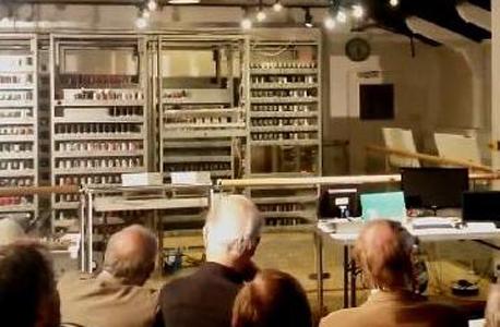 """ESDAC המשוחזר. בחזית התמונה ניתן לראות את """"צאצאיו"""" - לפטופים בני זמננו"""