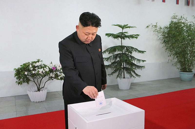 קים ג'ונג און בבחירות האחרונות במדינה. נחשו למי הצביע