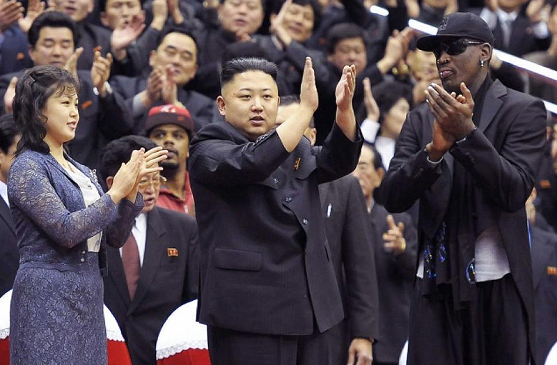 קים ג'ונג און ושחקן ה-NBA דניס רודמן במשחק כדורסל במדינה