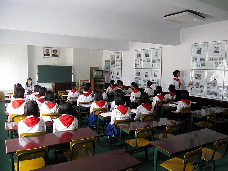 """שיעור בבית ספר בצפון קוריאה. כולם יודעים לכתוב """"קים איל-סונג"""""""
