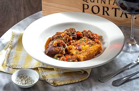 תבשיל בשר בסגנון פורטוגזי עם לביבת תירס