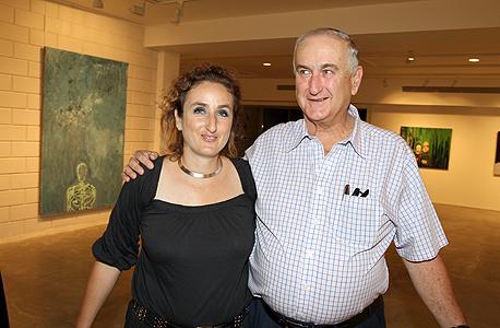 פרופר גולדנברג עם אביה גד בפתיחת הסטודיו שלה. יוצרת גם אמנות שמוחה נגד התאגידים הגדולים