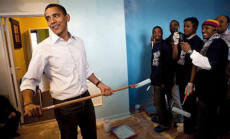 ברק אובמה צובע קיר במקלט לבני נוער בוושינגטון, צילום: בלומברג