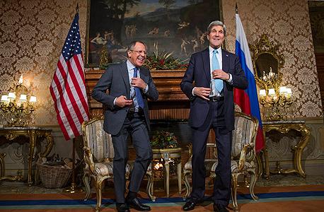 """שר החוץ של ארה""""ב ג'ון קרי ושר החוץ הרוסי סרגיי לברוב בפגישתם השבוע, צילום: איי פי"""