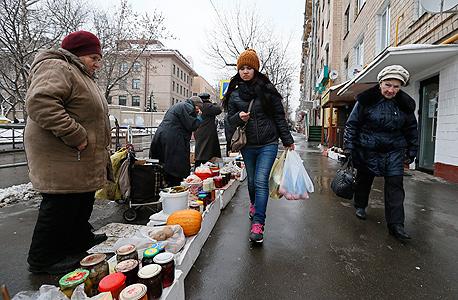 מוכרים חמוצים ברחובות מוסקבה, צילום: אי פי איי