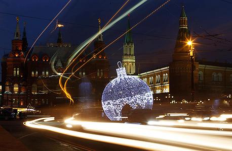 הכדור הענק שהוצב במרכז מוסקבה לכבוד חג המולד והשנה החדשה, צילום: רויטרס