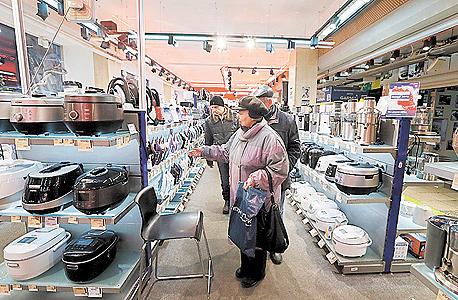 רוכשים מוצרי חשמל מיובאים רגע לפני נפילת הרובל, צילום: אי פי איי