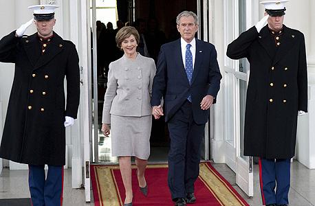 עוזבים את הבית הלבן  ג'ורג' ו לורה בוש נשיא ארצות הברית , צילום: בלומברג
