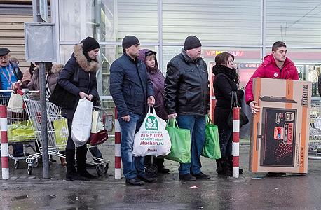 תושבי מוסקבה מחוץ לחנות מוצרי חשמל, צילום: אם סי טי