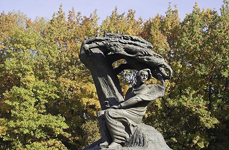 פסלו של שופן בפארק וז'ינקי בוורשה