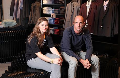 שמוליק בילגוראי והסטודנטית לעיצוב אביגיל פרידמן בחנות רנואר בדיזנגוף סנטר