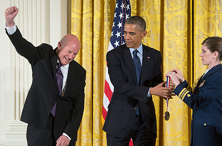 """אלי הררי מקבל את העיטור הלאומי לטכנולוגיה וחדשנות מנשיא ארה""""ב לפני כחודש. """"אתה יכול לפרוש מבלי לספוג אף נוקאאוט, או להישאר בזירה עד שמישהו יפיל אותך"""""""