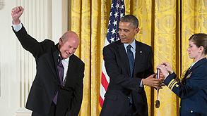 """אלי הררי מקבל את העיטור הלאומי מנשיא ארה""""ב, צילום: אי פי איי"""