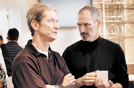 """סטיב ג'ובס (מימין) וטים קוק. """"טים לא קשוח כמו סטיב, אבל הוא גם פחות רגשני, והוא קוסם בניהול שרשרת אספקה"""""""