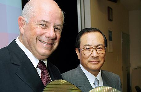 """הררי (משמאל), סגן נשיא טושיבה מסאשי מורומאצ'י ולוחות סיליקון. """"סאנדיסק לא היתה חזקה בייצור ונזקקה לשותף שייצר עבורה. לכן בחרנו בטושיבה"""""""