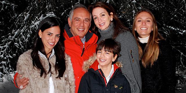 """אייזק דבח בחופשה בקולורדו עם אשתו איווט וילדיו (מימין) גלוריה, מואיז ומריאל. """"במקום"""