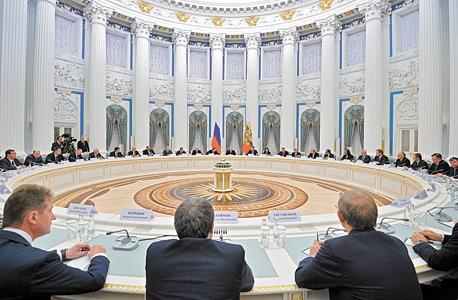 פוטין ו האוליגרכים בישיבה ב קרמלין, צילום: איי פי