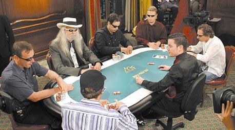 משחק טקסס הולדם. השחקנים החובבים מקפידים על הימורים שלא עולים על 50 שקל למשחק