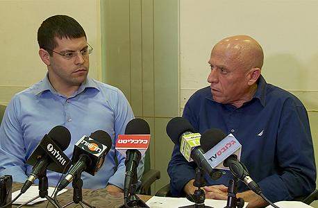 """מימין: יוסי ורשבסקי, מנכ""""ל ערוץ 10 ומתן חודורוב, יו""""ר ועד העובדים בערוץ. מבקשים מראש הממשלה לקחת אחריות"""